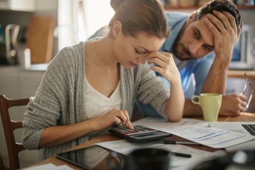 Les troubles de l'attachement au sein des relations amoureuses associés à une mauvaise gestion financière