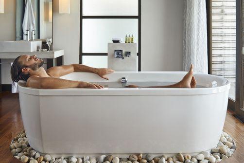 Prendre un bain chaud environ 90 minutes avant le coucher aiderait à mieux dormir