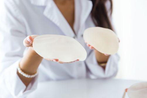 Après la France, le Canada veut interdire des implants mammaires