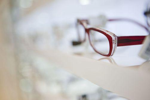 Les personnes âgées ne porteraient pas de lunettes adaptées à leur vue