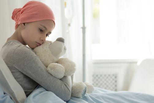 Cancers pédiatriques : des traces de polluants organiques dans les cheveux des enfants