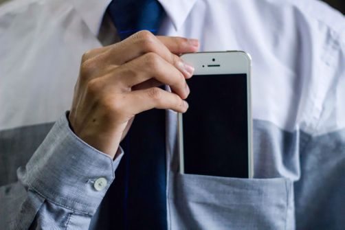 Portés trop près du corps certains smartphone émettent trop d'ondes