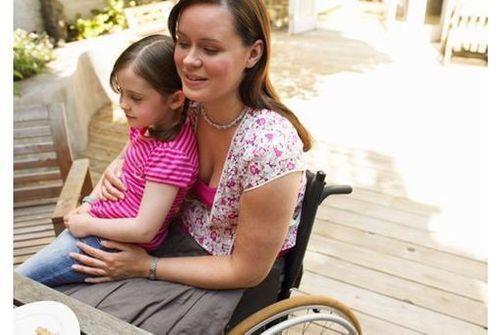 Sclérose en plaques : le surpoids et le manque de soleil accéléreraient sa survenue