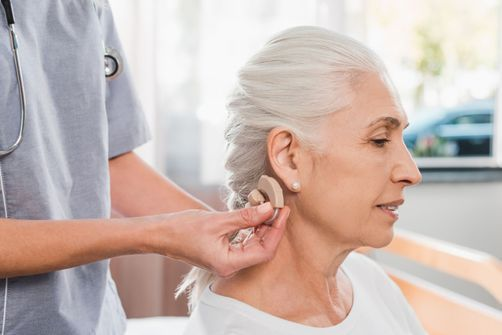 Traiter les pertes d'audition pour prévenir la dépression des seniors