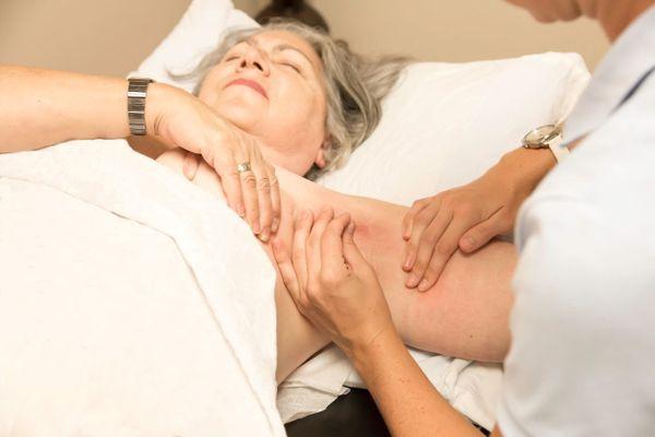 Comment retendre la peau des bras en musclant le triceps
