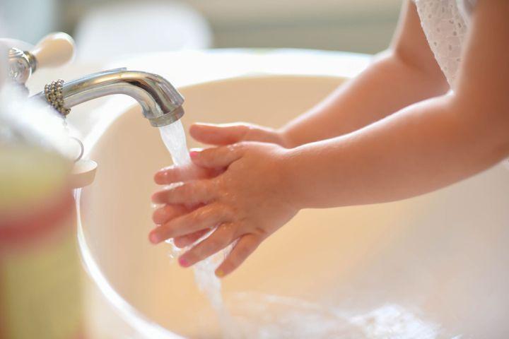 Les trucs pour aider les enfants à bien se laver les mains