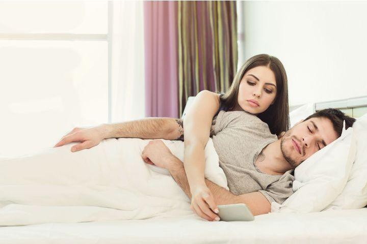 Téléphone, réseaux sociaux…Ce que vous risquez en espionnant votre conjoint