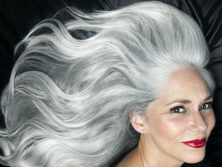 Coiffure pour femme de 60 ans : 10 idées de coupes de cheveux mi-longs