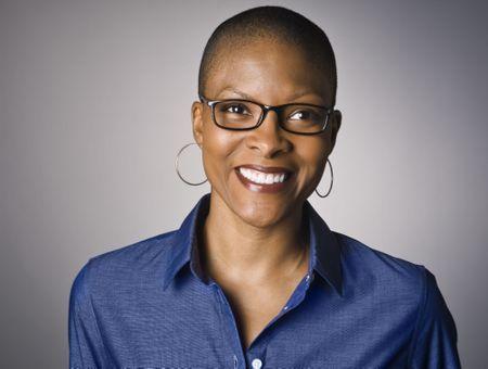 10 inspirations de coupes courtes pour femme de 50 ans avec lunettes
