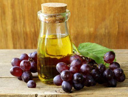 L'huile de pépins de raisin nourrit la peau et les cheveux