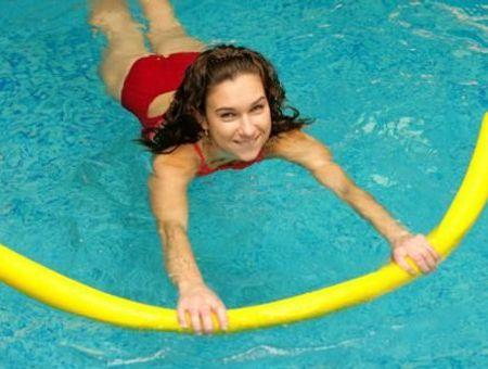 Exercices avec une frite en piscine