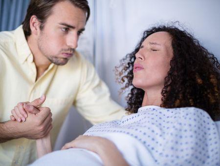 Coronavirus : Non, la présence du père n'est pas interdite pendant l'accouchement