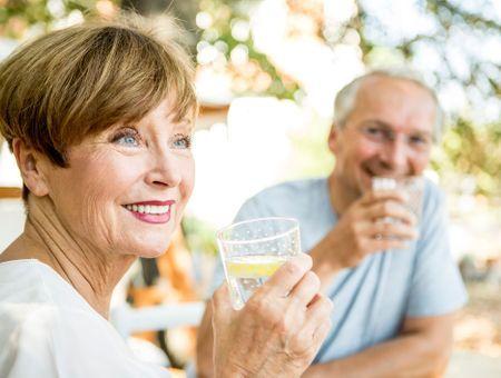 Seniors et personnes âgées : quels besoins en eau ?