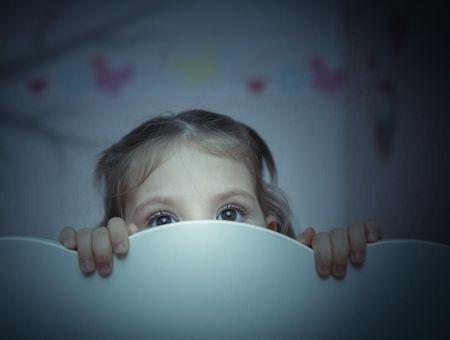 Mon enfant a peur du noir : comment réagir ?