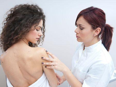 Mélanome : l'association de deux immunothérapies est plus efficace… mais plus toxique