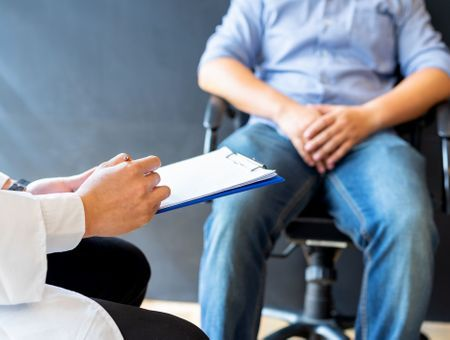 Varicocèle testiculaire : causes, symptômes et traitements