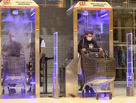 """Coronavirus : en Corse, un hypermarché installe des """"tunnels de désinfection"""""""
