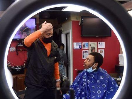 Covid-19 : un barbier afro-américain coupe court aux préjugés