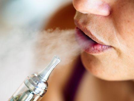 Covid-19 : les fumeurs de cigarettes électroniques auraient plus de risques d'être infectés
