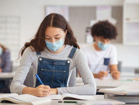 Covid-19 en milieu scolaire : des clusters plus importants dans le secondaire et le supérieur