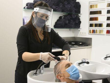 L'exemple d'un salon de coiffure : le masque évite la diffusion du coronavirus