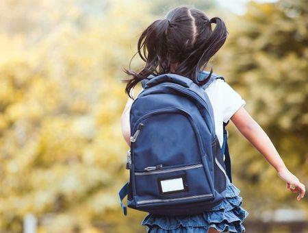 Les conséquences d'un cartable trop lourd sur le dos d'un enfant