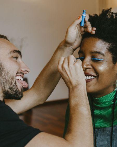 Eyeliners colorés : 12 teintes à tester cet été