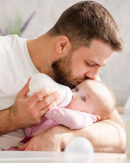 Le congé paternité est allongé à 28 jours