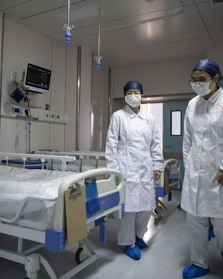 Coronavirus : le bilan dépasse 2.000 morts, l'OMS se veut rassurante