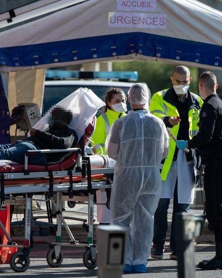 Coronavirus : confinement prolongé dans une France en récession