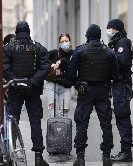 Covid-19 : la France marche sur des œufs pour éviter le reconfinement