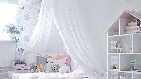Un lit Montessori de princesse grâce à une moustiquaire