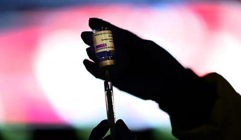 """Dans la """"complosphère"""", le mythe porteur des vaccins créateurs de variants"""