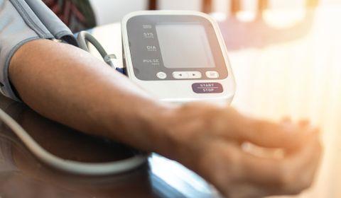 Hypotension artérielle : symptômes, causes, traitement