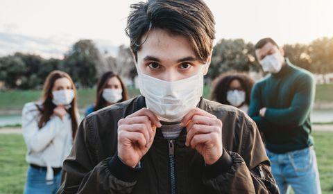 De plus en plus de villes imposent désormais le port du masque dans certaines zones en extérieur.