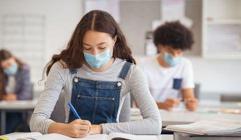 Covid-19 en milieu scolaire: clusters plus importants dans le secondaire et le supérieur