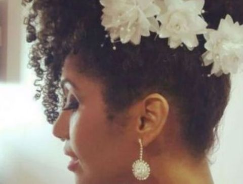 Chignon Banane De Mariage Avec Fleurs Pour Cheveux Frises Coiffure De Mariage 2021 Des Modeles Pour Rever