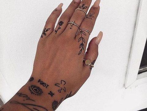 Tatouages minimalistes - 20 idées de tatouages pour sublimer vos mains