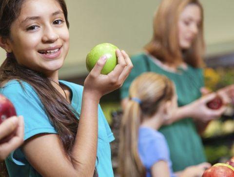 Au supermarché, consommer local et de saison - Apprendre à vos enfants à préserver l'environnement en s'amusant