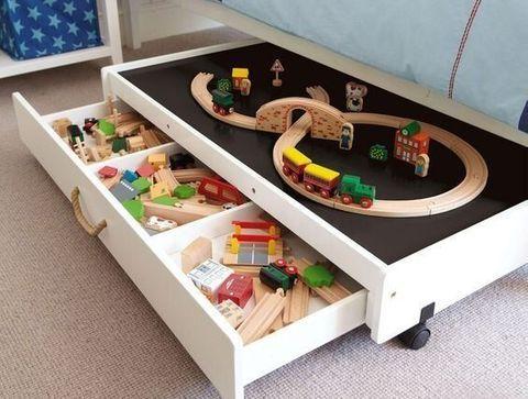 DIY rangement de petit train - DIY : 20 astuces repérées sur Pinterest pour ranger les jouets
