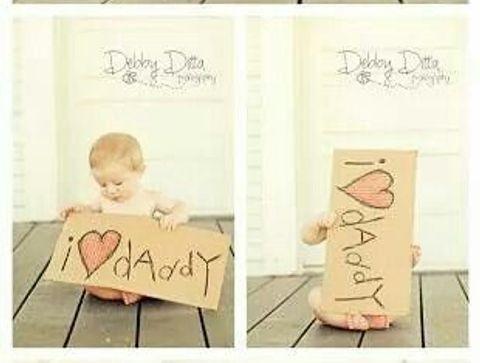 Photo de bébé avec pancarte i love daddy - Des idées cadeaux DIY pour la fête des pères