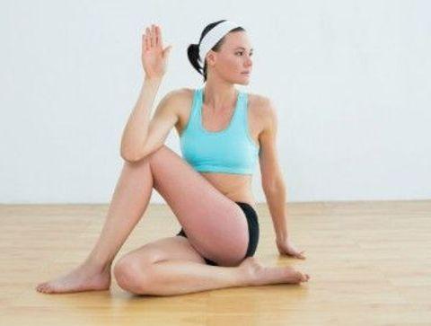 La posture de la torsion assise (ou Vakrasana) - Yoga débutant : les postures les plus faciles