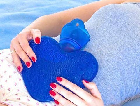 Une bouillotte chaude sur le foie et l'abdomen - 10 remèdes naturels contre les maux de ventre