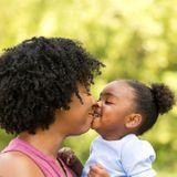 Embrasser son bébé sur la bouche, une pratique à éviter