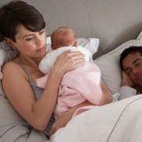 Le sommeil des jeunes parents à rude épreuve avec l'arrivée d'un bébé