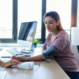 Tension artérielle haute ou basse : causes, symptômes et traitements