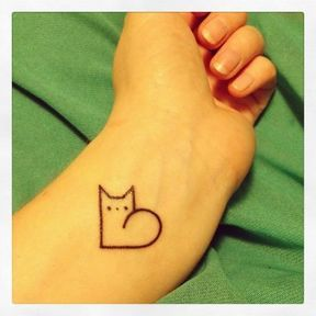Tatouage chat minimaliste