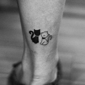 Tatouage chat noir et chat blanc