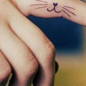 Tatouage chat sur le doigt