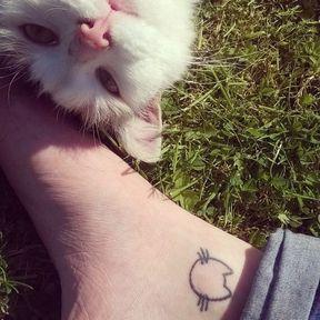 Tatouage tête de chat sur la cheville